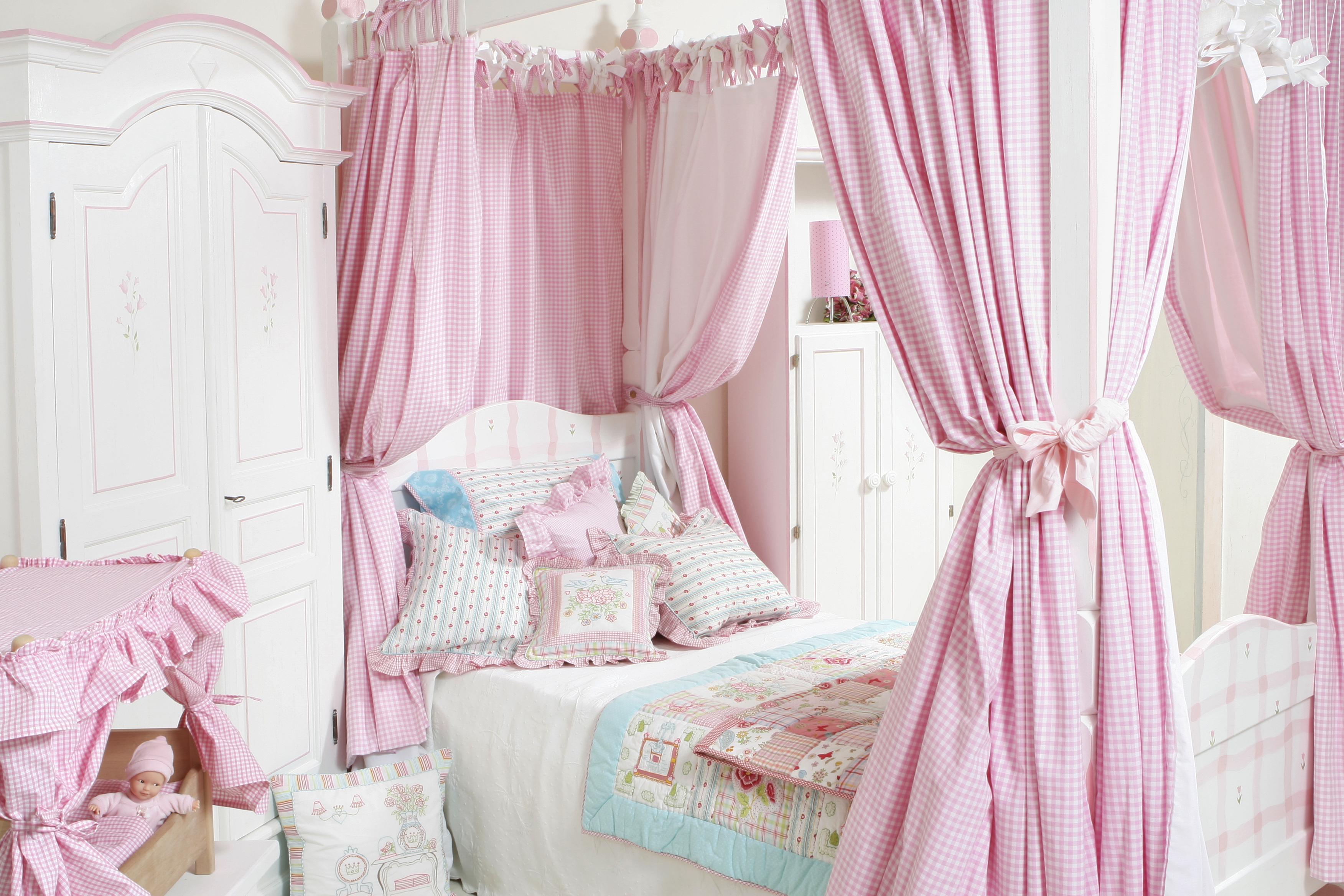 elisa gassert lit baldaquin et armoire pour filles elisa gassert. Black Bedroom Furniture Sets. Home Design Ideas